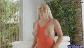 Follando la boca de su vecina mientras el marido trabaja