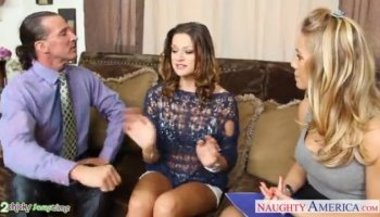 Hermosa joven lass recibe una embestida anal