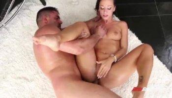 Tímida rubia Madison se convierte en una bestia sexual a manos de un colgado de la viga