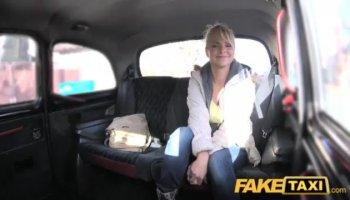 Madre muy viciosa le hace una gran mamada a su hijo adolescente